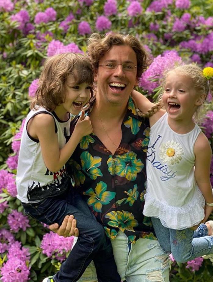 По-летнему: Лиза Галкина позировала в саду в джинсах скинни и майке с баской из органзы