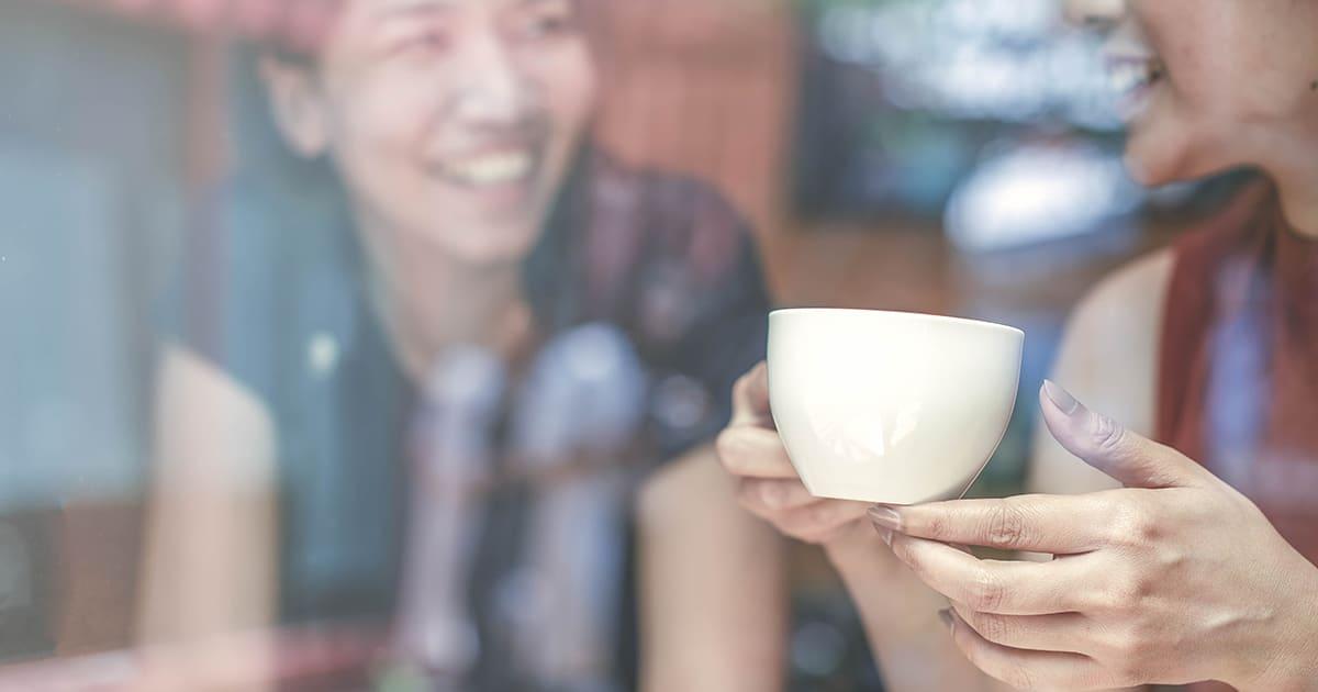 friends talking in a cafe