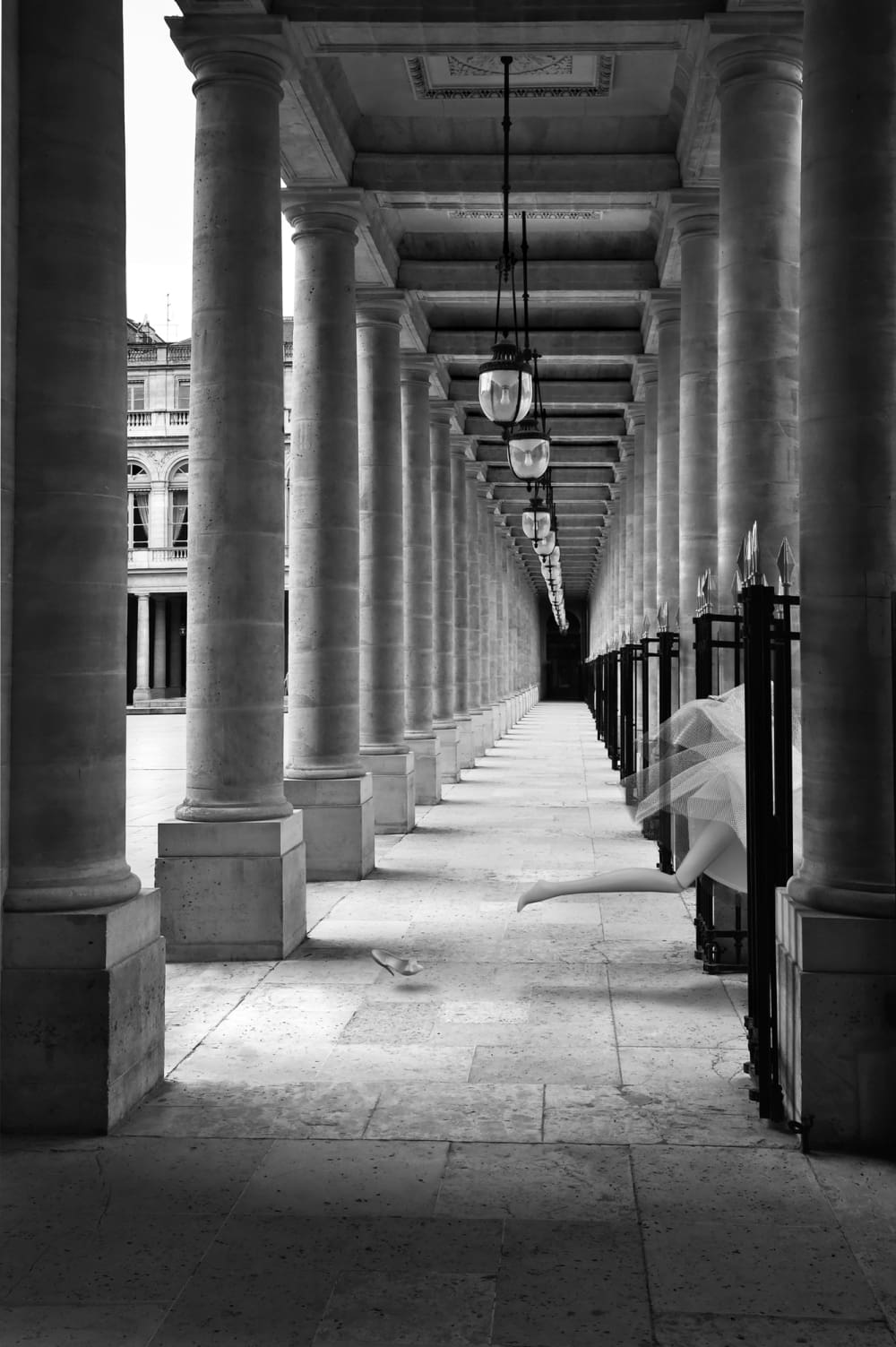 La parisienne au  Palais Royal - Michel Tréhet