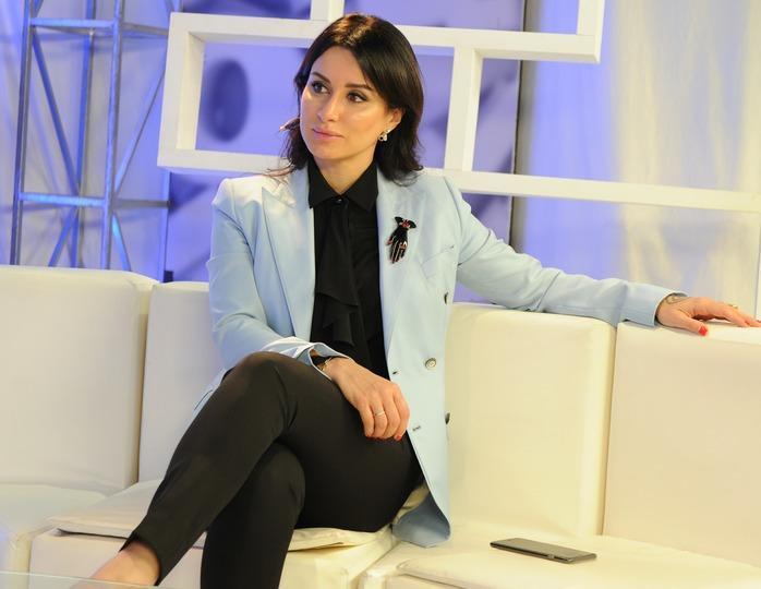 «Несочетаемые вещи»: селебрити-стилист раскритиковал Канделаки за аутфит с кожаной юбкой