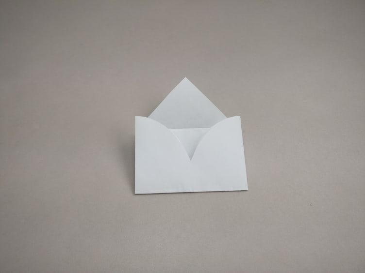 Uitgeknipt hartjes waarvan de onderkant ook dichtgevouwen is waardoor het nu op een enveloppe lijkt.