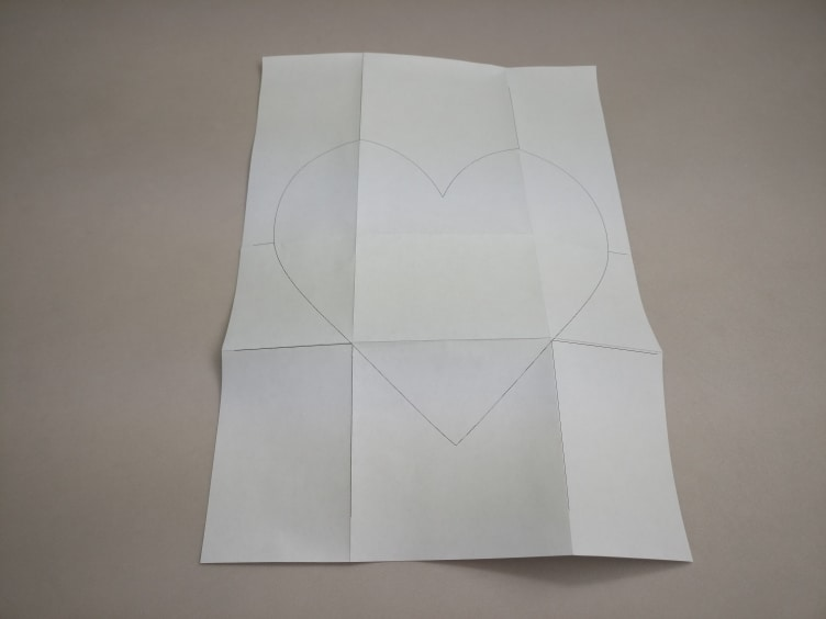 A4 vel met een geprint hartje dat gevouwen is langs horizontale en verticale lijnen.