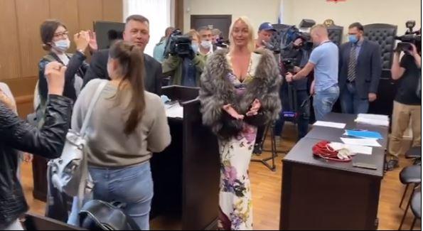 Анастасия Волочкова рассмешила Сеть нарядом, в котором явилась в суд: