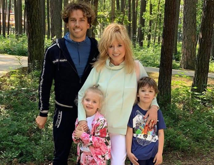 «Озорное счастливое детство!»: Гарри и Лиза Галкины вышли во двор погонять мячик
