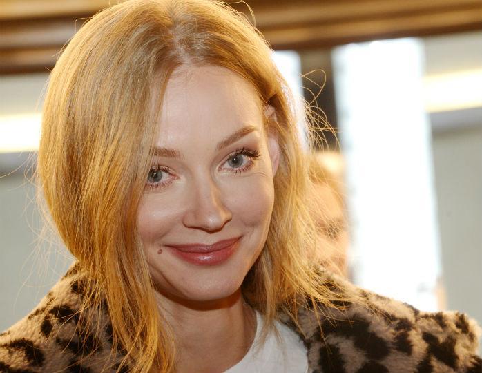 Ходченкова вслед за Бородиной отправилась на прогулку в актуальном клетчатом пальто