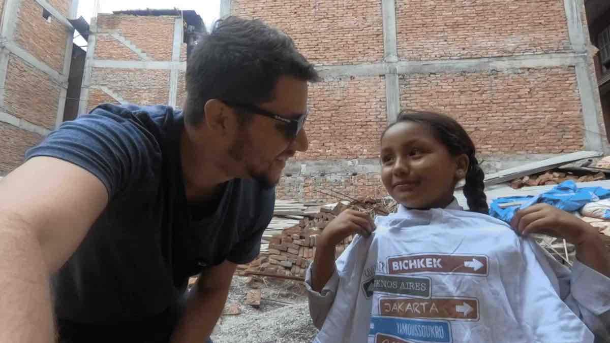 Don d'un tee shirt à une petite népalaise à Bhaktapur