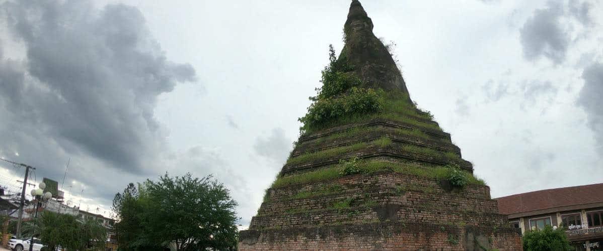 le stupa abandonné de That Dam à Vientiane