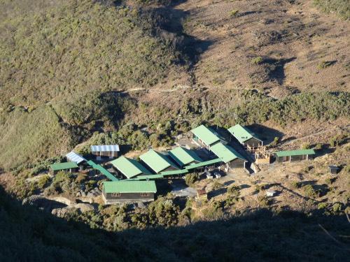 vue sur le camp de base ascension Mont Meru