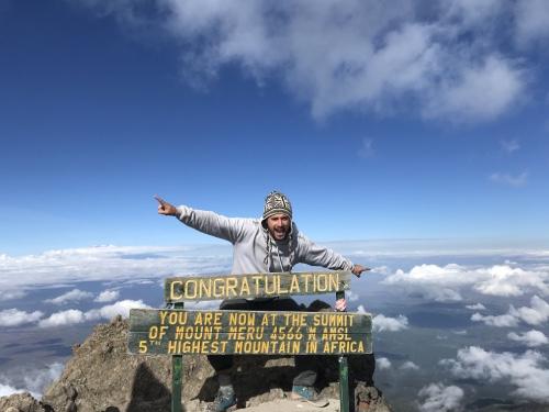 arrivée au sommet du Mont Meru en tanzanie