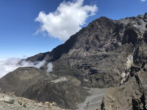 aventure en tanzanie trek dans les montagnes au Mont Meru