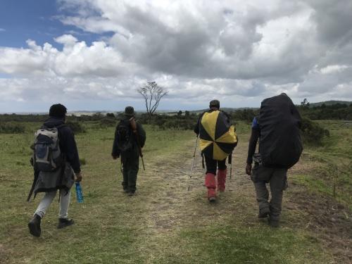 équipe avec le ranger au Parc National d'Arusha