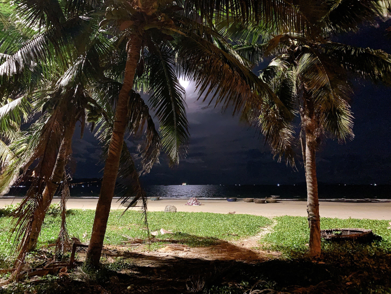 月とビーチ