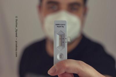 Der Coronavirus-Schnelltest wird zuhause oder in Schulen durchgeführt.