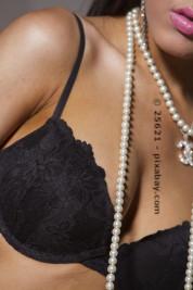 Viele Frauen entscheiden sich für eine Brust-OP und freuen sich über ihr schönes Dekoltee.