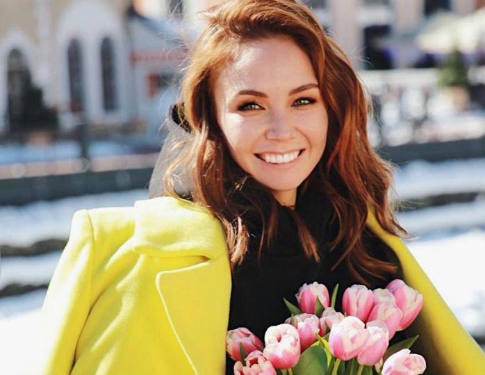 «Разбор подарков!»: Ляйсан Утяшева примерила сверкающее платье от Елены Летучей