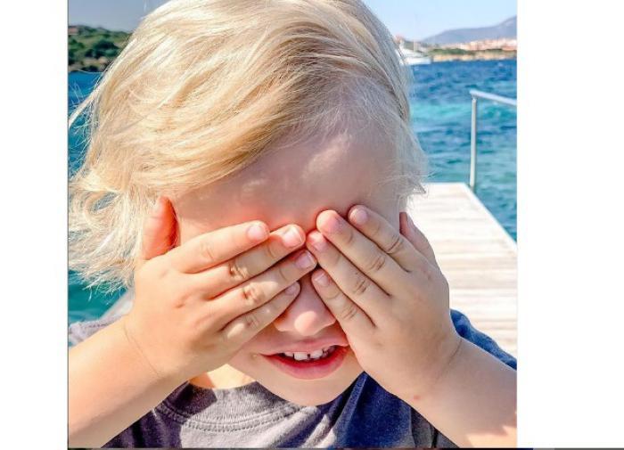 """В сети обсуждают нестриженные ногти сына Собчак: """"Мама вся ухоженная, а ребёнок с длиннющими ногтями"""""""