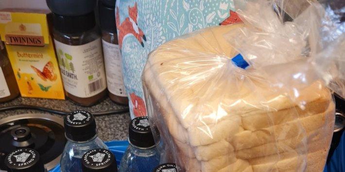 Özel: Ücretsiz Bir Okul Yemeği Sağlayıcısı, Ebeveynler Bayat Ekmek Aldıktan Sonra Yiyecek Paketlerini 'İyileştirmeyi' Kabul Etti