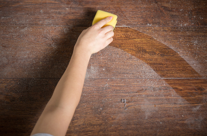 getting rid of dust with a damp sponge