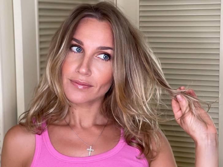 «Лисьи носики видны»: Юлия Ковальчук в розовой майке без лифа засветила маленькую грудь