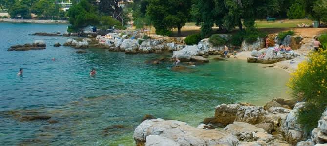 Pláž Lone Bay, Rovinj, Istrie, Chorvatsko
