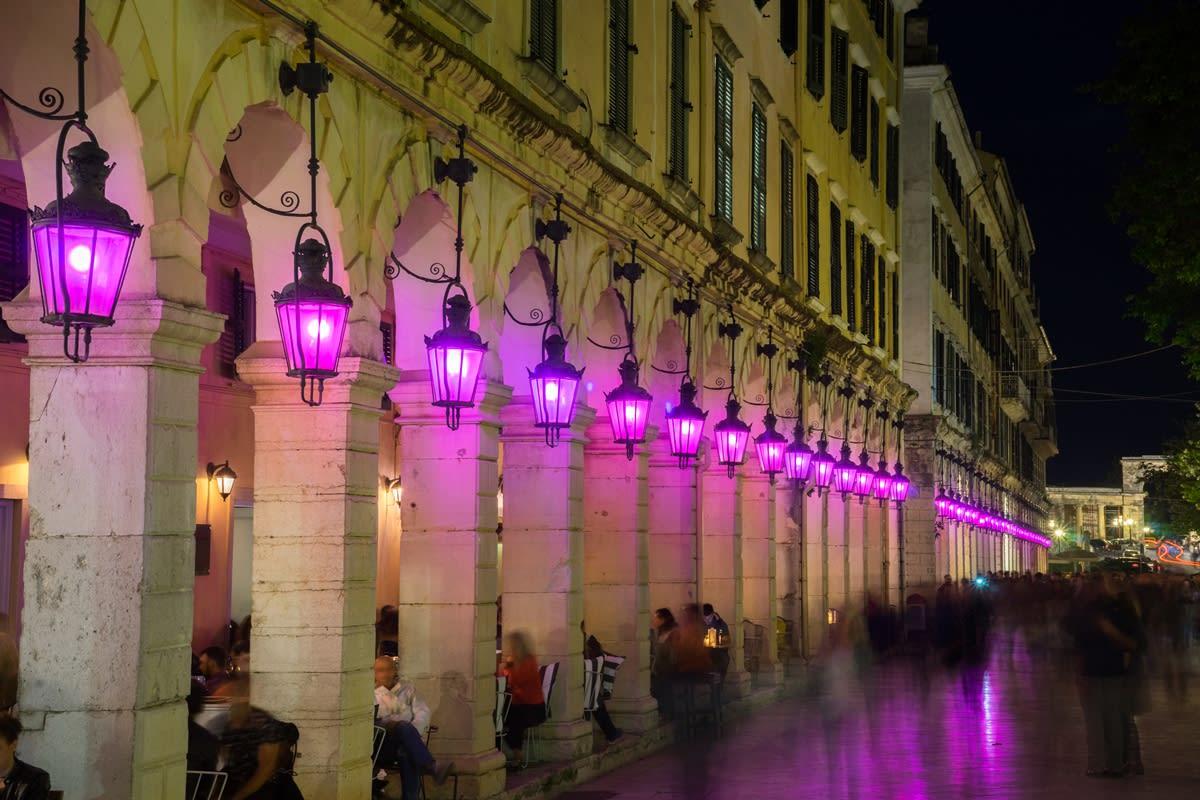 Svatý týden s fialovými lucernami na náměstí Liston