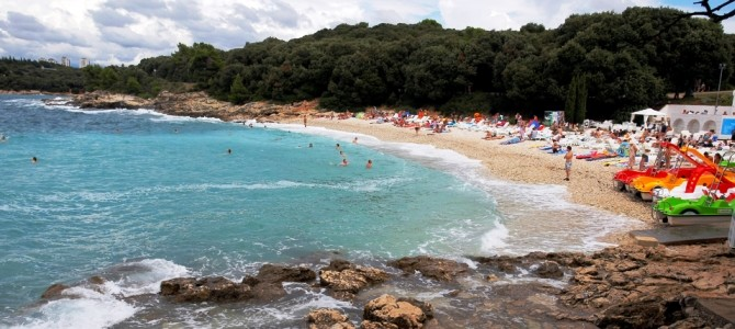 Pula, pláž Ambrela v Chorvatsku