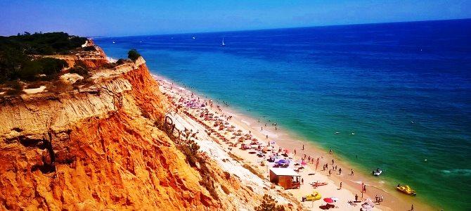 Albufeira, pláž Falesia, Portugalsko