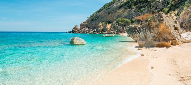 Sardinie, pláž Cala Mariolu, Itálie