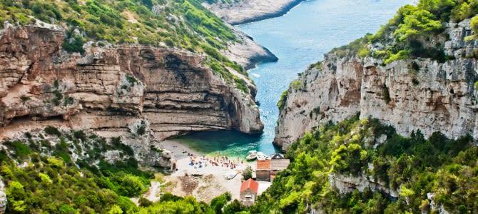 Pláž Stiniva, ostrov Vis, Chorvatsko