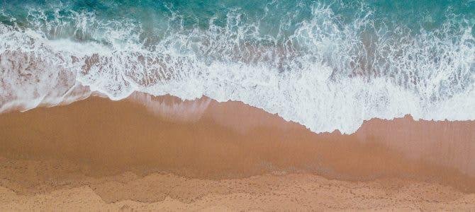 písečná pláž a moře