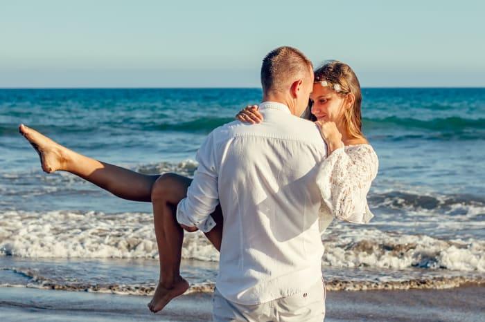 muž a žena na pláži