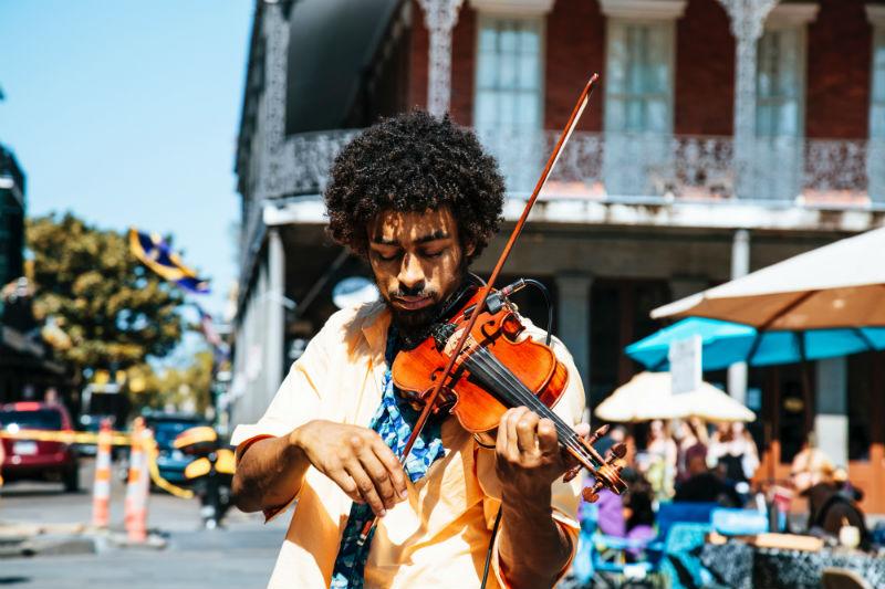 Músico tocando violino