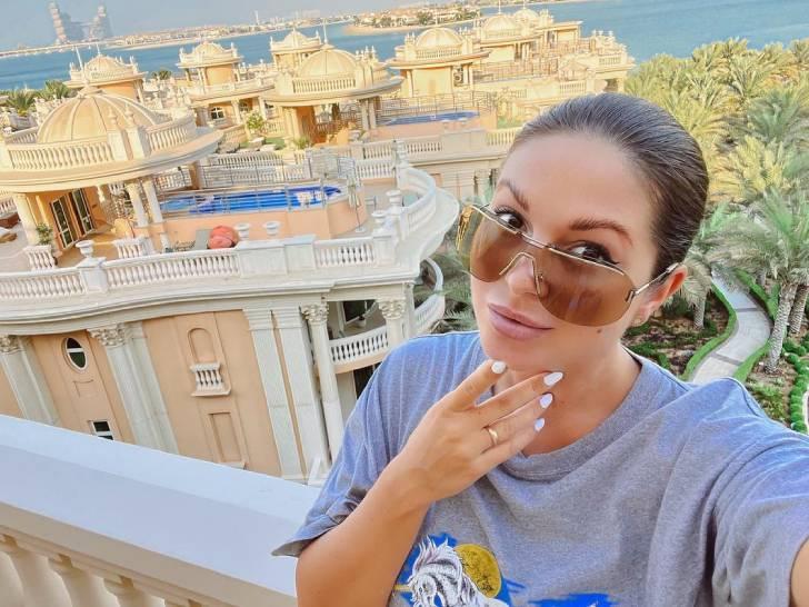 «Что творит!»: беременная Нюша в одной футболке блеснула загорелыми ножками на балконе в Дубае