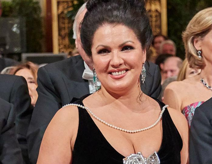 Настоящая роскошь: Анна Нетребко в черном платье со шлейфом предстала на сцене