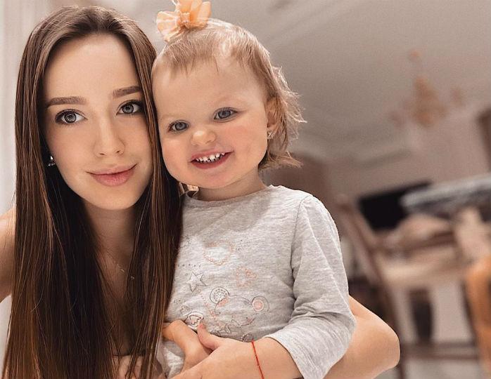 «Поздравили папочку»: Анастасия Костенко нарядила дочерей в одинаковые комбинезоны