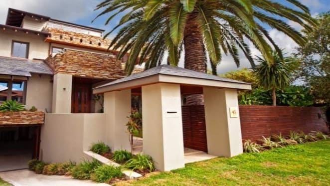 122 photos to help sell Perth trophy home