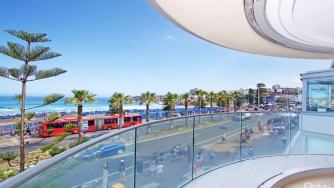 Tony de Leede upgrading on Bondi Beach