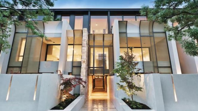 Battle between estate agents Oliver Booth and Marcus Chiminello goes public over $140,000 Toorak penthouse commission