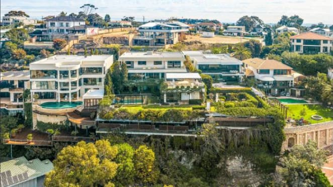Pokie king Malcolm Steinberg lists Mosman Park cliffside home