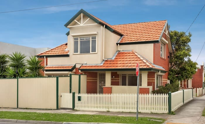 Robert Williams seeks to injunct Essendon home being auctioned