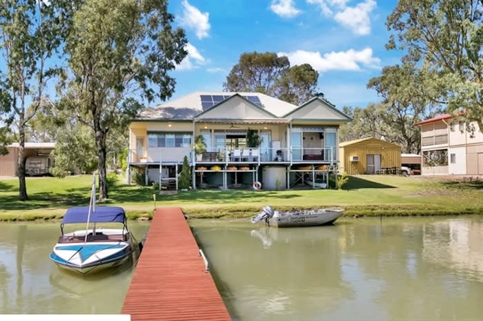 Murray River oasis on Paisley Island to go under the hammer