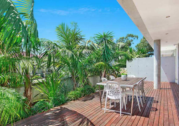 Veteran TV presenter Mike Willesee senior sells at Bondi Beach