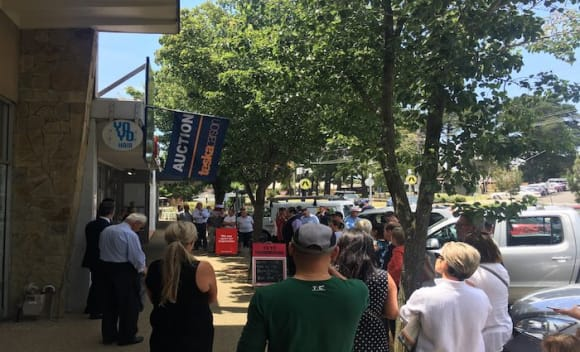 Strong auction sees Mount Eliza retail sell for 30 percent over reserve