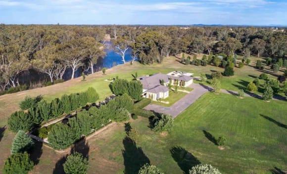 Former politician Bill Baxter lists Murray River farm Cheverny