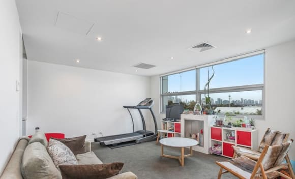 Melbourne Renegades cricket captain Aaron Finch sells investment apartment