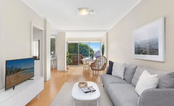 Coogee apartment sells for <img src=