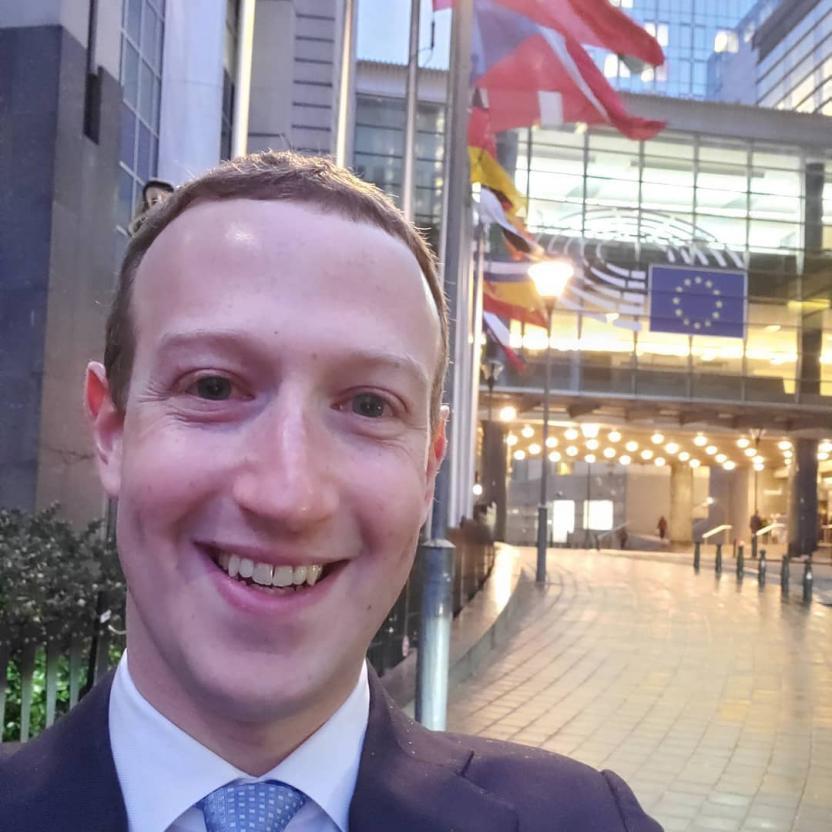 """Пользователи Сети окрестили Марка Цукерберга """"рептилоидом"""" из-за фото с кремом от загара"""