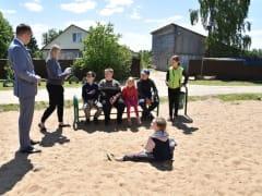 Сергей Леонов побывал на обновленной детской площадке в деревне Проверженка