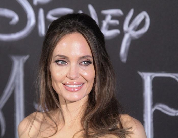 Красотка без макияжа: сын Анджелины Джоли сам сфотографировал маму