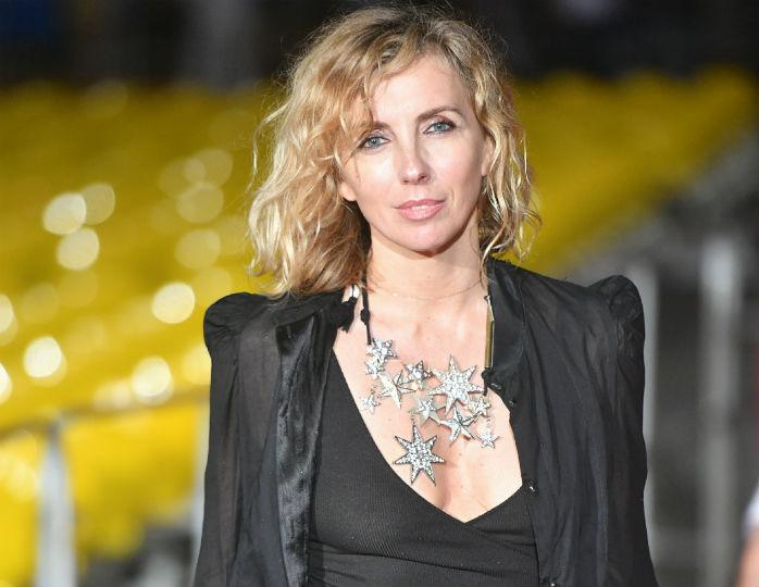 Светлана Бондарчук в брюках-кюлотах и пальто терракотового цвета отметилась на прогулке